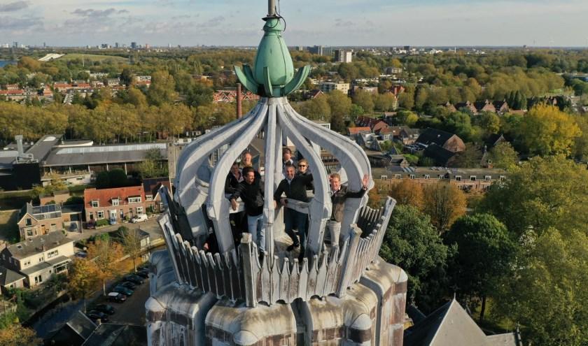 De jury kwam voor het fotomoment bijeen op een wel zeer verrassende plek: bovenin de kroon van de renaissance Pasqualini-toren van de Oude Sint-Nicolaaskerk, op 60 meter hoog.