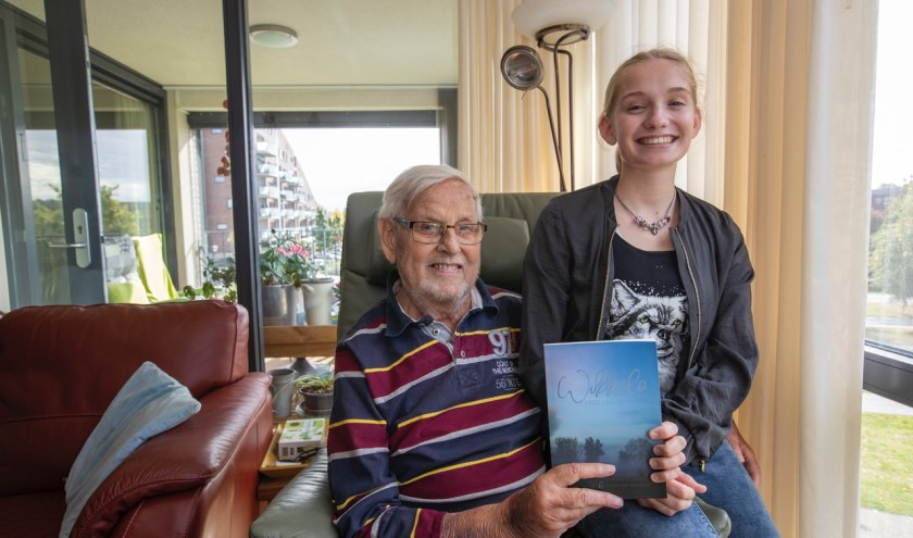 Wim Jansen en kleindochter Rosa hebben samen een boek geschreven. (Foto: Bert Jansen).