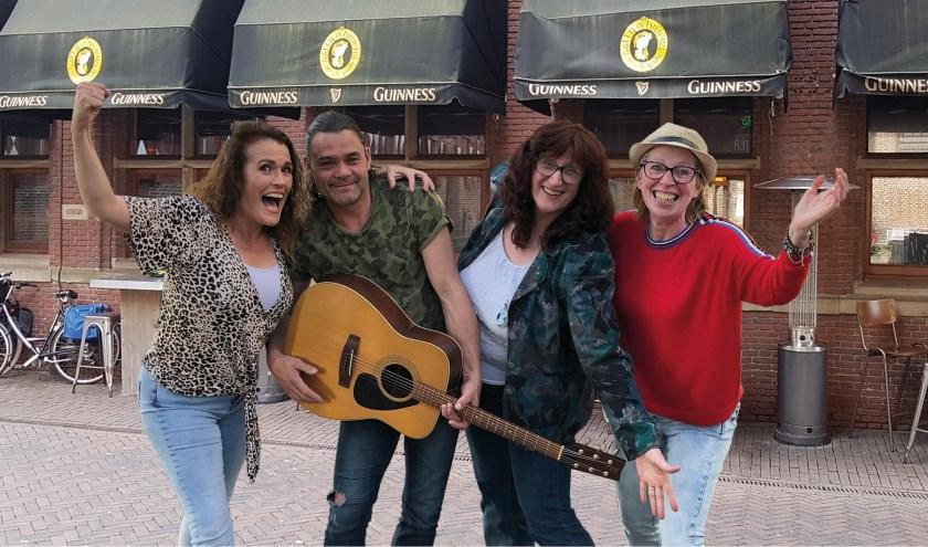 Van links af Sonja Boot, Jeffrey Timmerman, Heleen Greeve en Marinka van Zwieten organiseren de vijfde Zwolse PubKoo- avond op 25 oktober bij Sally O'Briens.