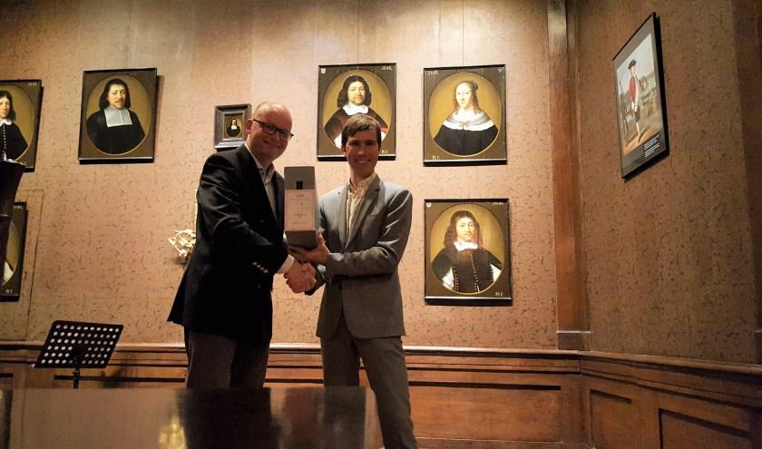 Voorzitter van het bestuur van Het Vrouwenhuis Hidde van der Wal (l.) draagt de eerste doos van het archief  officieel over aan HCO-directeur Vincent Robijn. (foto: Carijn Oomkens)