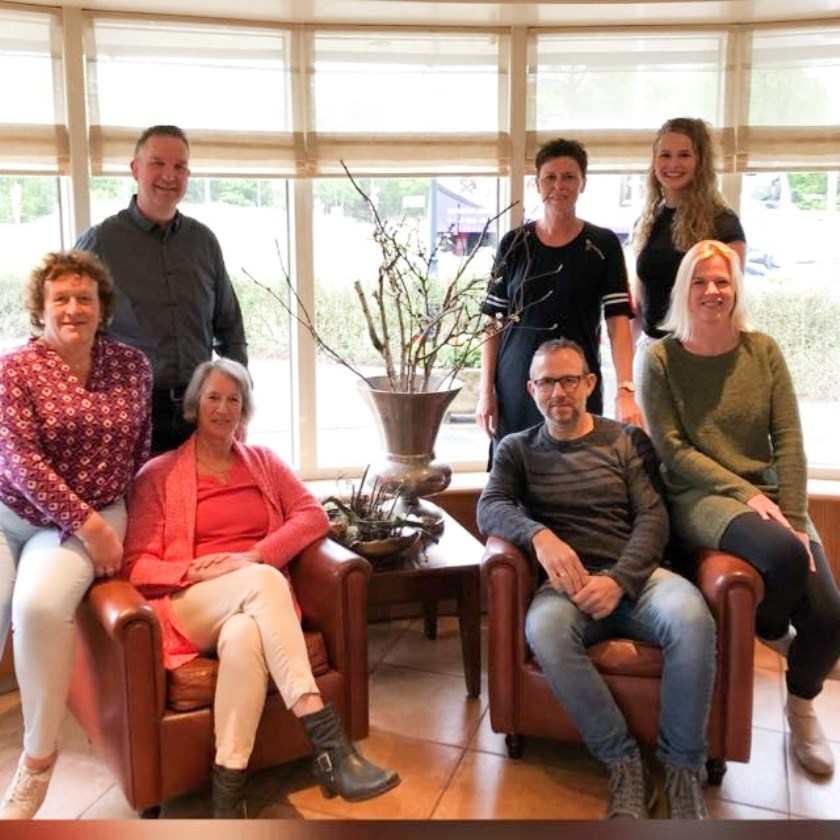 Het bestuur, van links naar rechts: Miny Stoevenbelt, Anton Klein Twennaar, Anja Kettelarij, Gerdie Lenderink, Irma Coster, Han Bruijn en Agnes van Wieringen. (Foto: Buurtvereniging Beuseberg)