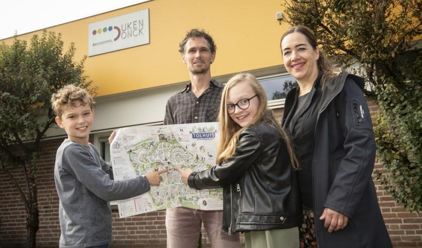 Bas, Pepijn, Yara en Marieke (v.l.n.r.) presenteren trots de kersverse Belevingskaart Tolhuis (foto: Jimmy Israël)