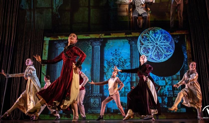 Iberica de Danza tijdens een scène uit de uitbundige, prachtige voorstelling 'Figaro, Barbier van Sevilla'. (Foto: Arco Visualis)