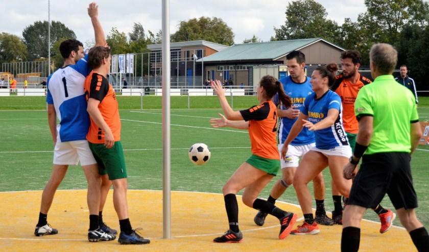 Aimee Hoogeveen breekt door voor SDO t tegen Ondo en krijgt via de grond de bal aangespeeld