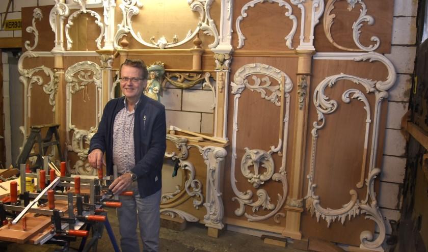 Orgelbouwer Adrie Vergeer in zijn werkplaats met achter zich het front voor het nieuwe draaiorgel. Foto: Marianka Peters