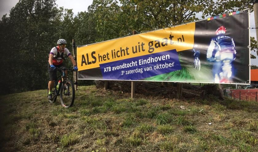 Op de pedalen voor een goed doel! FOTO: ALS het licht uit gaat