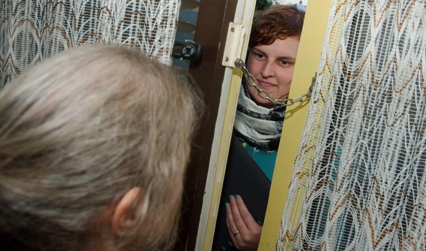 Doe niet zomaar de deur open voor onbekende, adviseert ouderenbond ANBO. (foto: Gert Perdon)