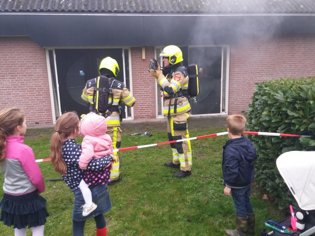 Van heel dichtbij kon je de brandweermannen in actie zien. De jeugd genoot ervan. Zelfs in het dorpshuis waren de teams te volgen.  © DPG Media