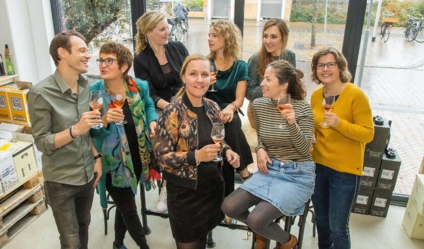 Links boven op de foto Rianne Kranendonk en naast haar Roelie Struik. De overige mensen op de foto maken deel uit van het team 'Goed voor Elkaar'. Voor alle duidelijkheid: deze foto is vorig najaar genomen, ruim voor de coronamaatregelen dus! (Foto: Govert Govers)