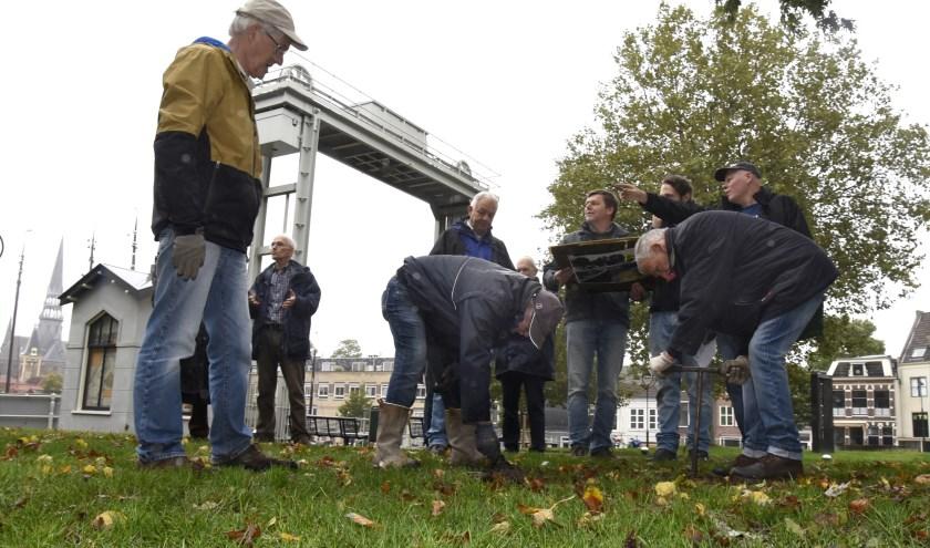 Leden van Archeologische Vereniging Golda doen proefboringen ter voorbereiding vah het grote onderzoek naar het bastion. Foto: Marianka Peters
