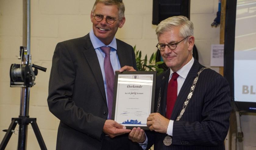 Willem Heijboer krijgt oorkonde uitgereikt door Burgemeester Charlie Aptroot