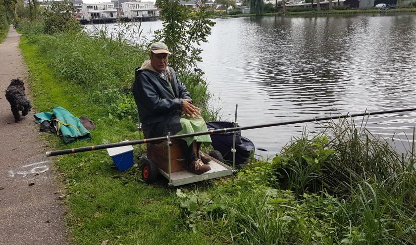 Cor de Bruin aan het vissen tijdens de Cor de Bruijn wisseltrofee