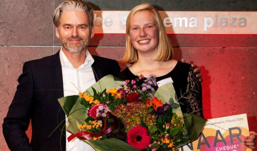 Evy Ligtvoet als Jongerenvrijwilligster van 2019. Edwin Engelen (Rabobank) heeft de prijs uitgereikt. foto: Jolanda van Iersel