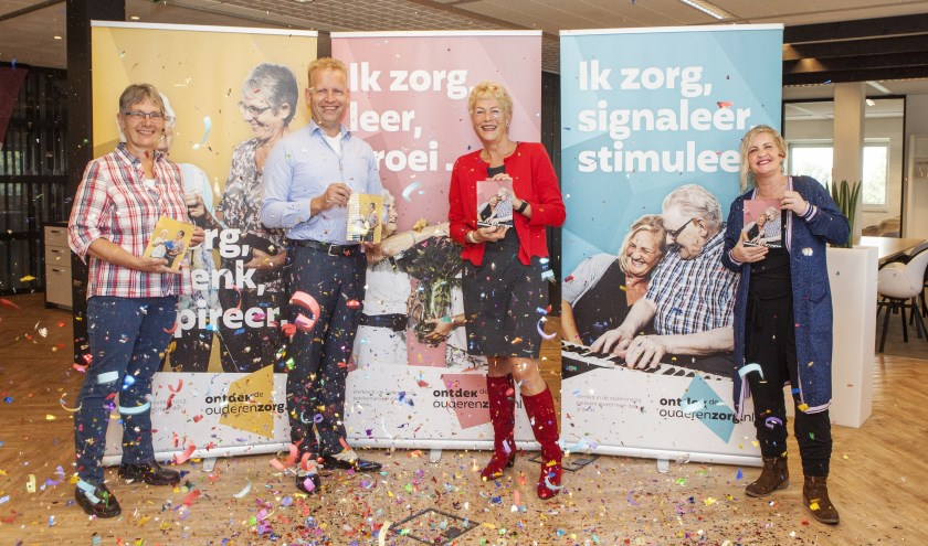 Midden links Wiko Vlasblom, midden rechts Ineke Oude Boerrigter. Uiterst links en uiterst rechts staan zorgmedewerkers die in de campagne figureren.