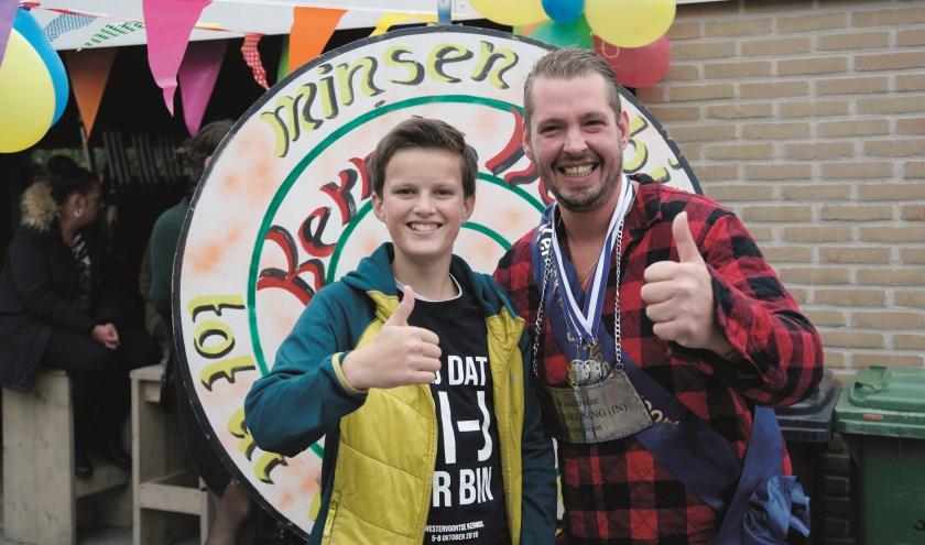 Kermiskoning Daniël Leenders en kermisjonker Hugo Nijenhuis vieren het feestje samen.