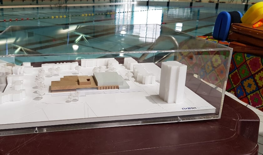 <p>Een maquette laat zien hoe het nieuwe zwembad eruit komt te zien. FOTO: Bert Jansen.</p>