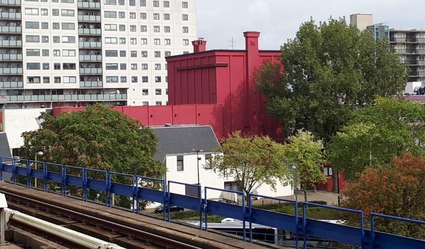 De sloop van het gezichtsbepalende  'rode theater' is recent gestart. De nog aanwezige ornamenten blijven behouden. Foto: Joop van der Hor