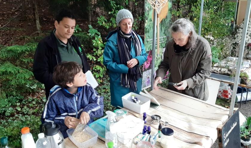 Zelf schoonmaakmiddelen maken bij een kraam op het Herfsttijdfestival van de Boswerf