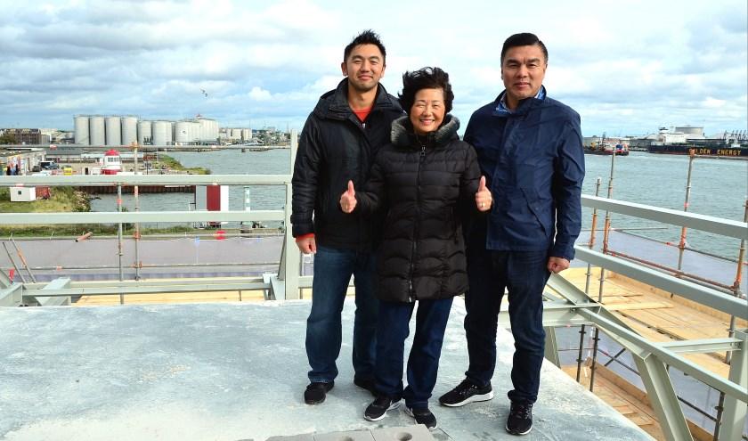 Jun Chou (links) met zijn ouders op het 'Platje' met het fenomenale uitzicht (Foto Frans Assenberg).