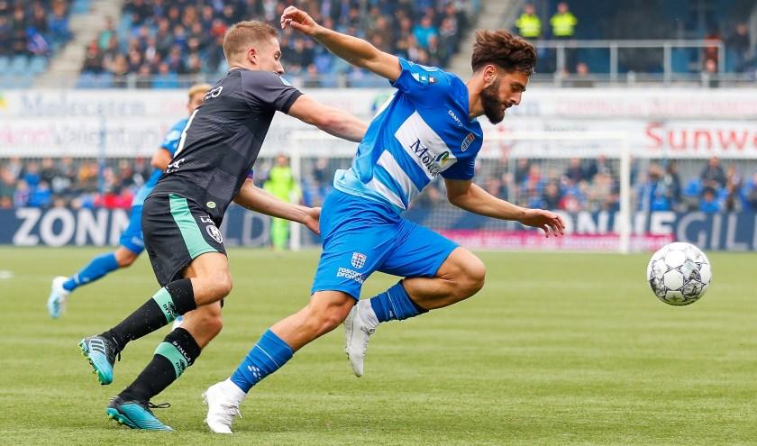 Destan Bajselmani gaat langs zijn tegenstander in de gewonnen thuiswedstrijd tegen ADO Den Haag van afgelopen zondag.
