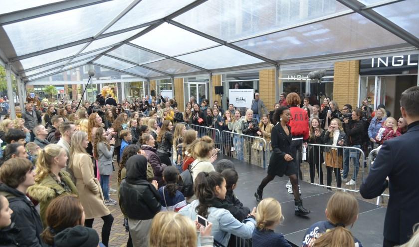 Veel jeugdige belangstelling voor de modeshow. (Foto's: Pieter Vane)
