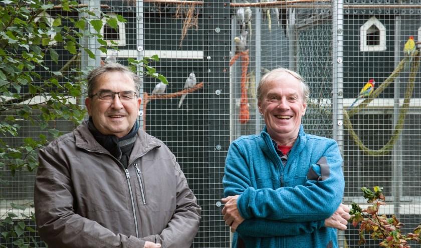 Ringencommissaris Ko Nieuwenhuijse en voorzitter Arie Goud van de jubilerende Vogelvereniging Inter Scaldis Yerseke