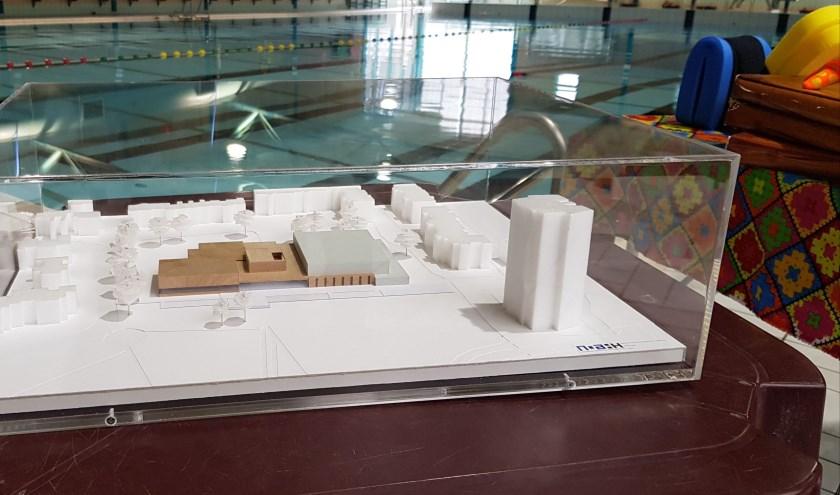 Een maquette laat zien hoe het nieuwe zwembad eruit komt te zien.