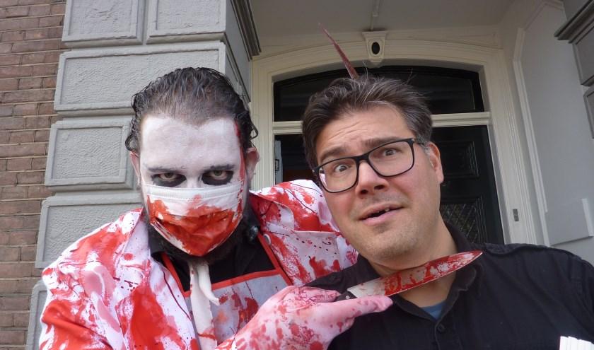 Jasper Ronkes (r) en vrijwilliger Jules Lommen zijn helemaal klaar voor de Zombiewalk.