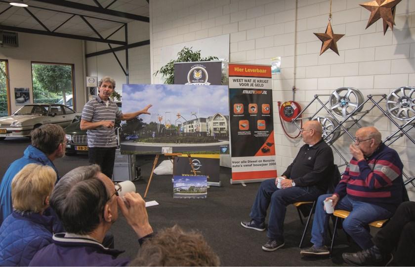 Bij garage Vos presenteerde Maarten van der Geest aan de omwonenden zijn kunstwerk voor de rotonde.