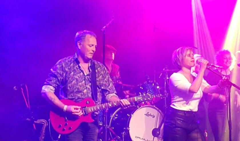 <p>De band Little Stef, met zangeres Stephanie (Steffie) van Bunningen, doet mee aan de jubileumeditie van Vrienden van Flora LIVE. FOTO: Dufais</p>