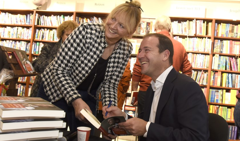 Na afloop van zijn betoog nam Lodewijk Asscher ruim de tijd voor een persoonlijk gesprek tijdens het signeren. Foto: Marianka Peters