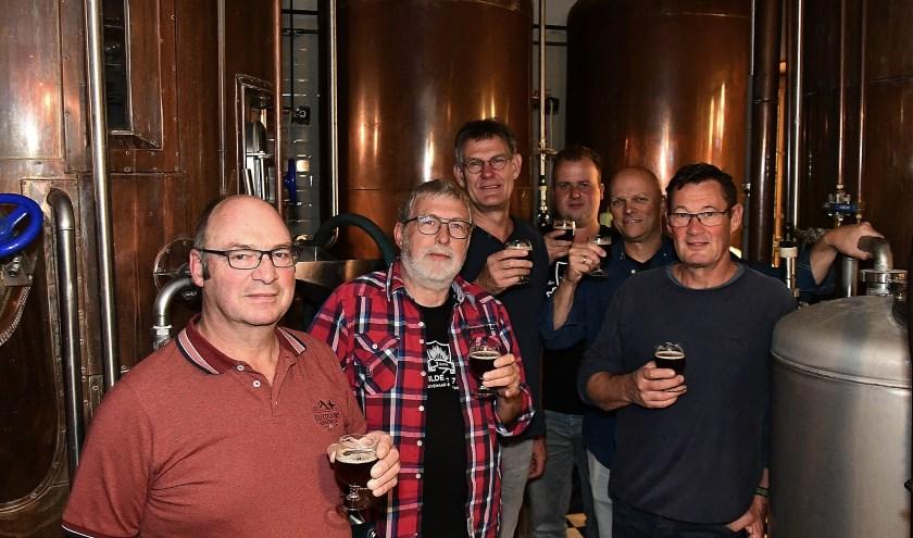 De brouwers staan met een heerlijk thuisgebrouwen bokbiertje in de hand. Voorzitter Marcel Rutten staat tweede van links. (foto: Ab Hendriks)