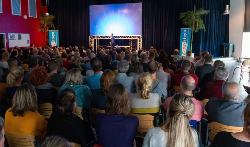 Guido Weijers vertelt de hele school over geluk. Een mooie aftrap van de activiteiten in dit jubileumjaar. (Foto: Marco B. Timmer)