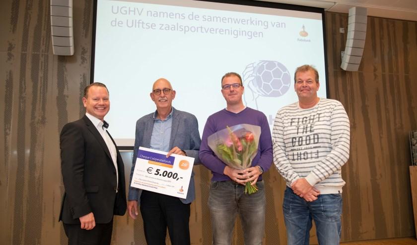 Blije gezichten bij Martien Tomberg, Erwin Bosmann en Arjan Böhmer namens de binnensportverenigingen UGHV, BLOK'71, De Issel en UBC