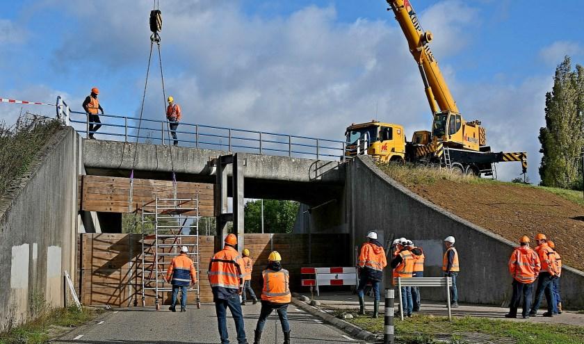 De schotbalken passen in de coupure in de Boterdijk (Batavenweg), zodat het hoogwater geen kwaad kan. (foto: Ab Hendriks)
