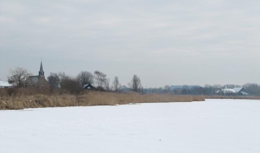 Kijfhoek met een bevroren Devel en een besneeuwd kerkje. Hoe dit gebied er 600 jaar geleden uitzag wordt tijdens de lezing besproken.