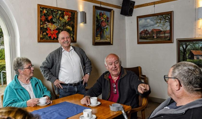 Guus Goossens werkt sinds begin dit jaar als vrijwilliger bij de Jacobushoeve. In de koffiekamer exposeert hij zijn schilderijen tot december.
