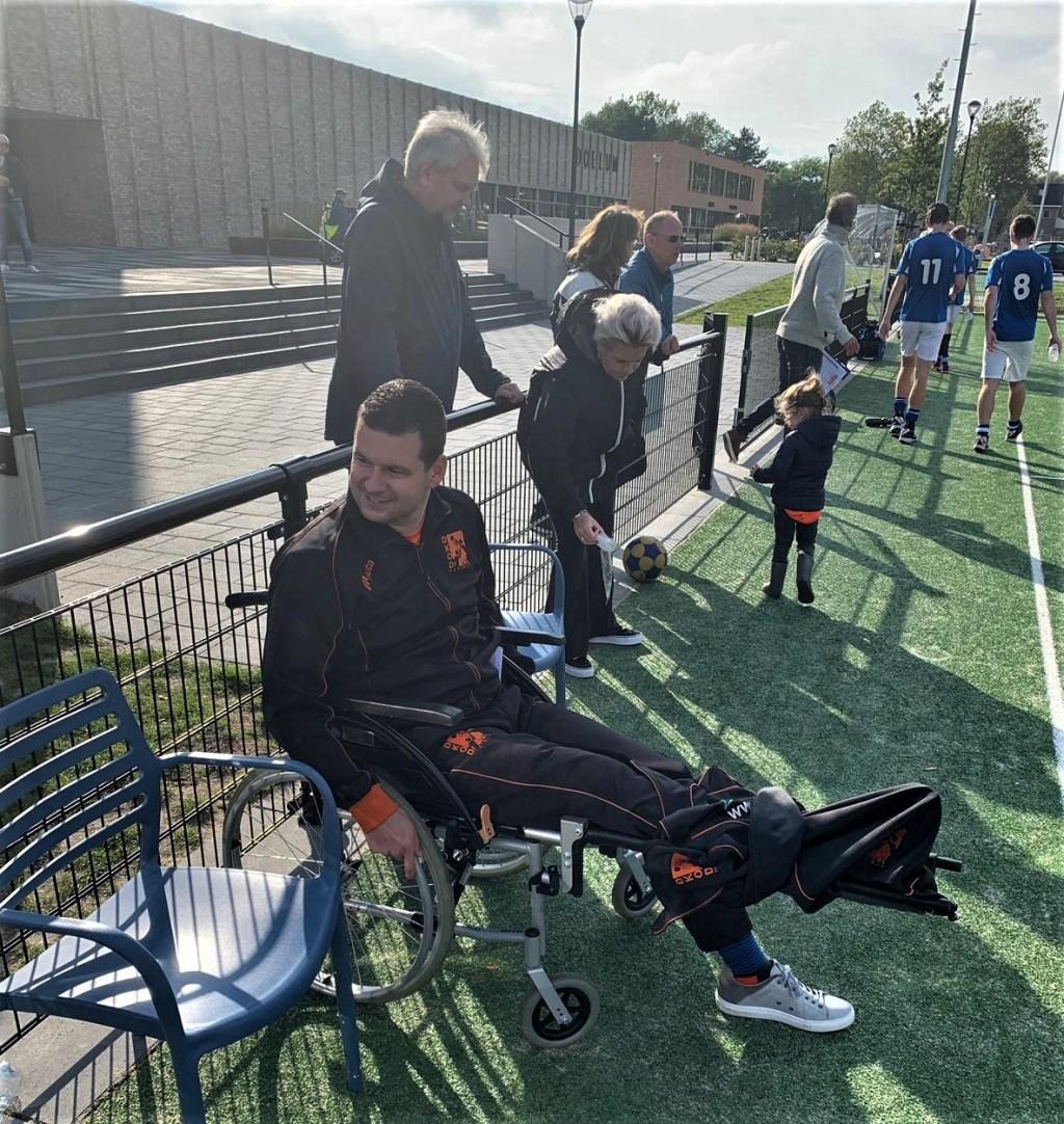 Speler-trainer van DKOD, Jaap Jochems, moest vanwege een vervelende knieblessure, de coaching tegen Zwaluwen verzorgen vanuit zijn rolstoel.