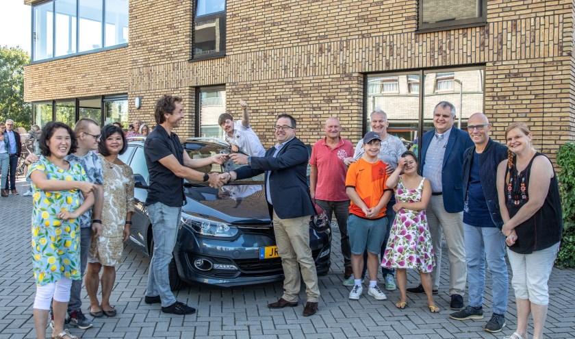 Gertjan Knopper (r)  van Autobedrijf Ovingoverhandigt de sleutels aan Rick, begeleider van Het Vensterhuis. (foto: Frans Paalman)