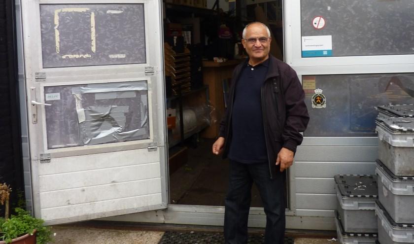 Vrijwilliger Saïd voor de deur van het huidige pand van Ecovrede aan de Industriestraat.