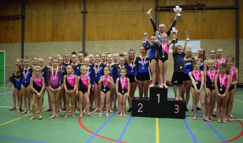 De clubkampioenen van GTV Ammerzoden op het podium. Ook de andere gymnasten kunnen trots zijn.
