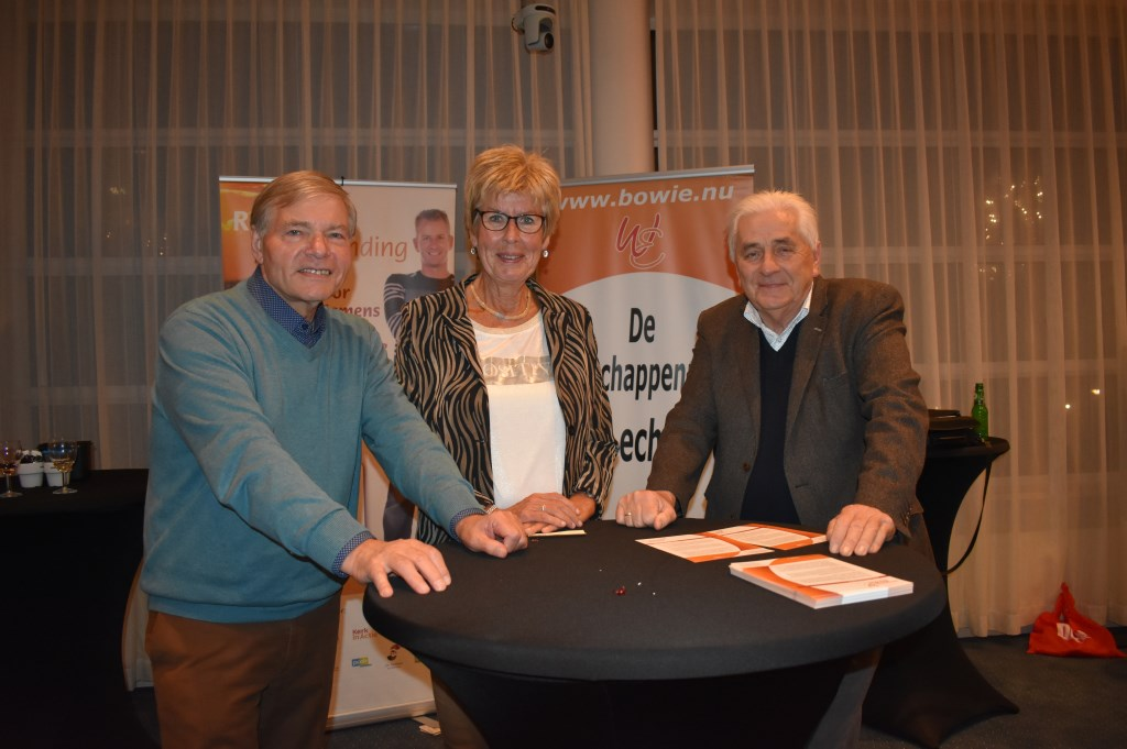 Henk Pasman, Mieke Stegeman en Henk Weiden van Stichting Bowie waren ook present.   © DPG Media