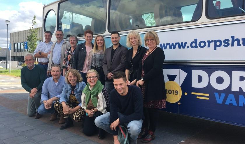 De bus van Dorpshuis van het Jaar 2019 met het team.