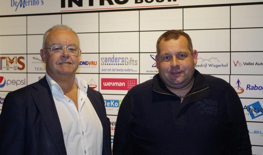 De nieuwe voorzitter van de Businessclub de Groene Velden Kees van de Bovenkamp (rechts) en jeugdvoorzitter Jan Achterberg zetten zich in voor De Merino 's. (Foto: Co Keulstra)