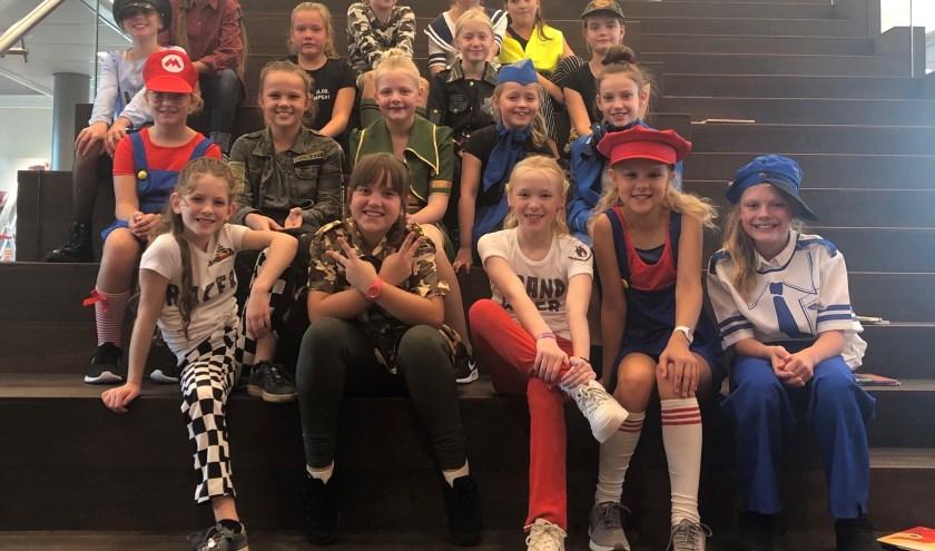 Leerlingen van Dansstudio24 voor het optreden van de kinderboekenweek.