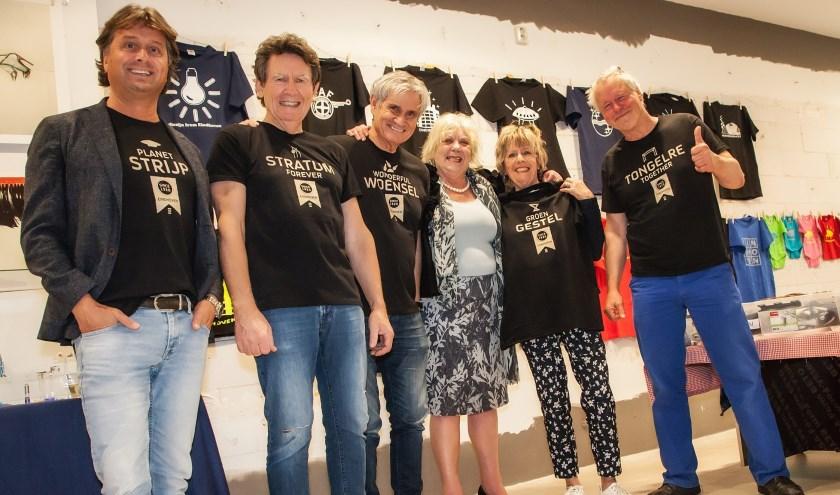 Wouter van Nieuwland, Hans van den Oord, Hugo van Rooij, Dorothée Foole, Elly Verbeek en John Körmeling kregen de eerste T-shirts van hun stadsdeel overhandigd. (Foto: Menno Boon).