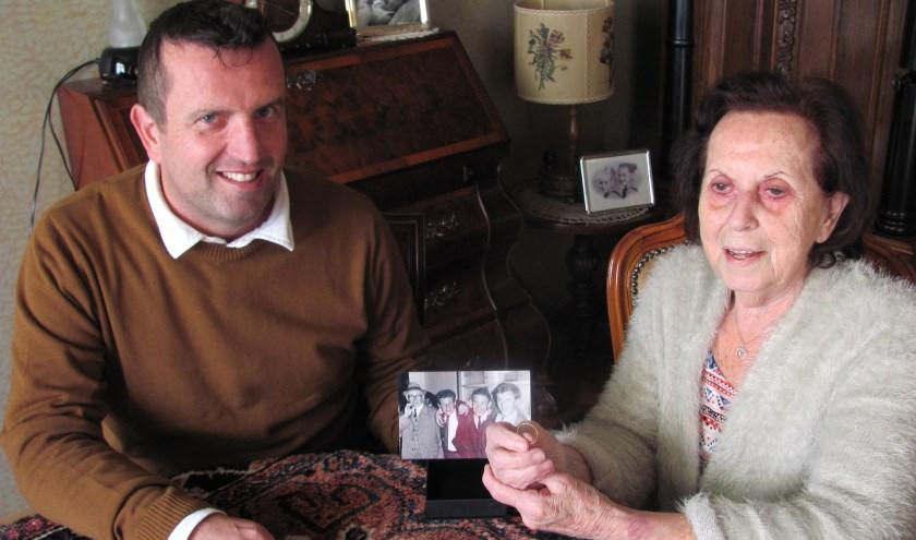 Jan van Hooft vond de verloren trouwring van Annies vader met een metaaldetector. Na 70 jaar was de ring eindelijk terecht.