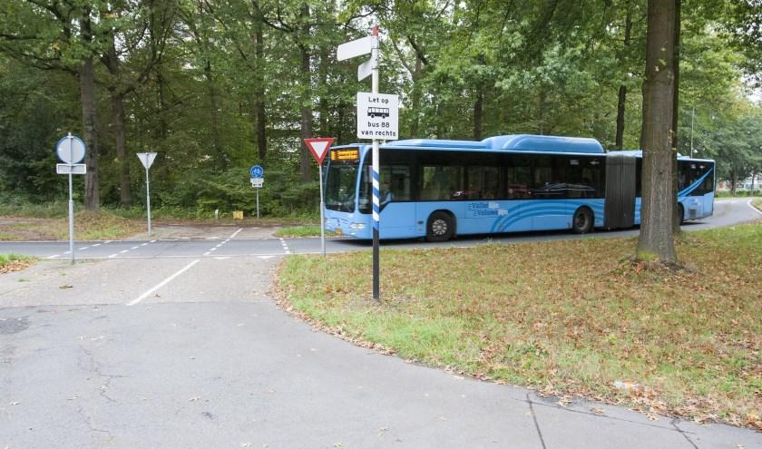 Ondanks dat fietsers groen licht hebben, kan er toch nog een bus van rechts komen. (foto: Johan Mulder)