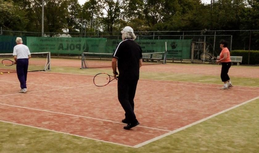 Senioren aan de bak. Zondag 27 oktober zijn alle tennisliefhebbers welkom bij TVZ. (foto: PR)