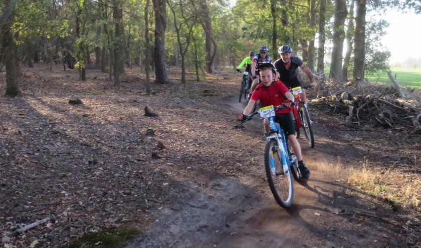 Voor de jeugd is er een route van veertien kilometer. Of zij kunnen meedoen aan een speciale MTB-clinic. (Foto: Koos Visser)